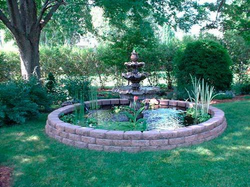 Фонтан может стать основной декорацией для сада
