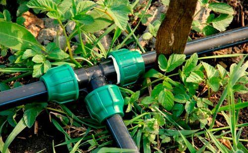 Для проведения воды лучше использовать пластиковые трубы