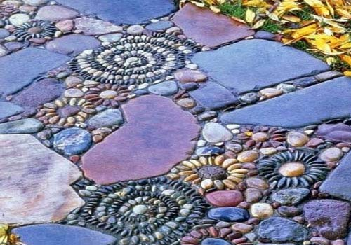 Садовые дорожки можно выложить с помощью мозаики